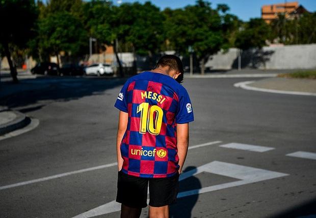 Fan nhí thất thểu ngồi đợi Messi trong vô vọng, tin đồn Messi đình công là chính xác? - Ảnh 1.