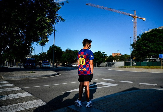 Fan nhí thất thểu ngồi đợi Messi trong vô vọng, tin đồn Messi đình công là chính xác? - Ảnh 2.