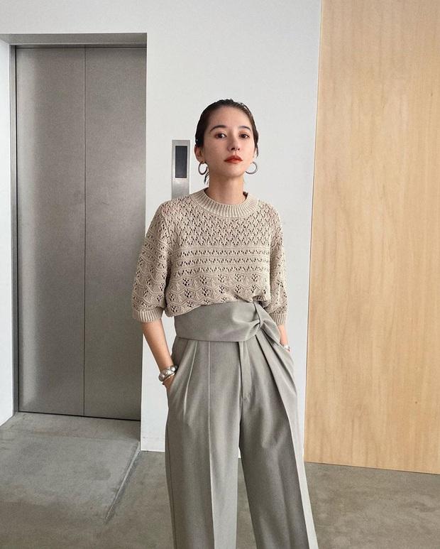 Nàng công sở Nhật chỉ cao 1m58 vẫn mặc đẹp hack dáng khiến đồng nghiệp phải khen ngợi - Ảnh 3.