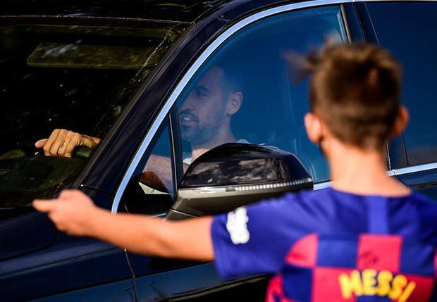 Fan nhí thất thểu ngồi đợi Messi trong vô vọng, tin đồn Messi đình công là chính xác? - Ảnh 3.