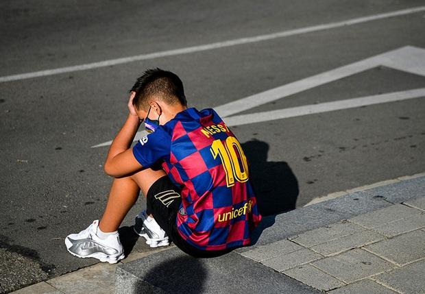Fan nhí thất thểu ngồi đợi Messi trong vô vọng, tin đồn Messi đình công là chính xác? - Ảnh 4.