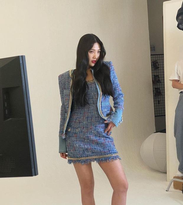 Đụng hàng váy hiệu: Jisoo hở vừa đủ xinh mê tơi - Joy kín như bưng nhưng được cái chanh sả - Ảnh 3.