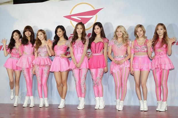Idol Hàn và 10 pha mặc lỗi đến fan cũng khó mê nổi: Jennie bất ngờ góp mặt vì bộ váy xanh ngắn cũn gây tranh cãi một dạo - Ảnh 3.