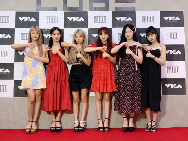 Idol Hàn và 10 pha mặc lỗi đến fan cũng khó mê nổi: Jennie bất ngờ góp mặt vì bộ váy xanh ngắn cũn gây tranh cãi một dạo - Ảnh 5.
