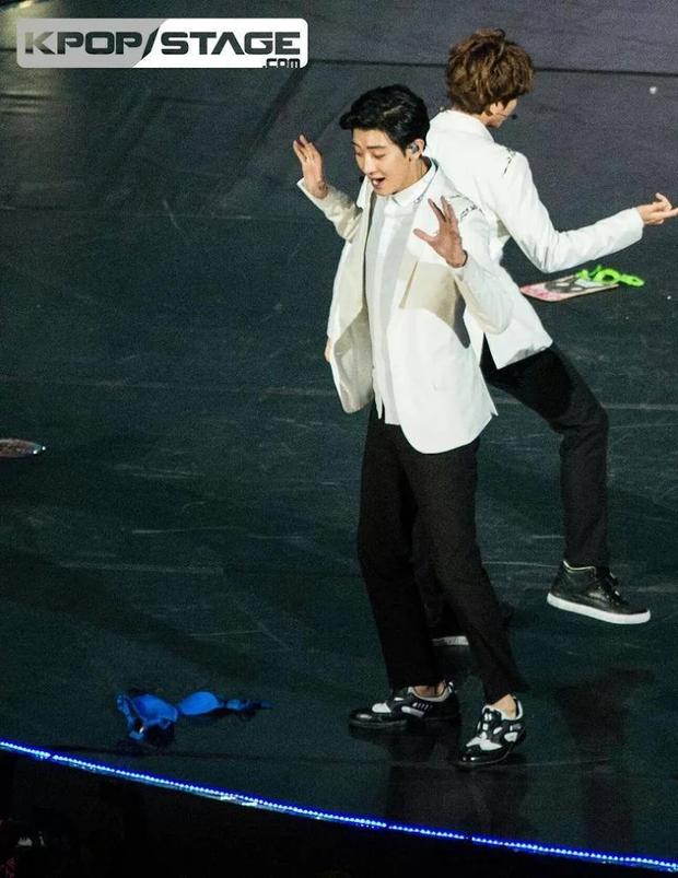 Idol Kpop dở khóc dở cười vì fan tặng quà 18+: EXO tá hỏa với mưa đồ lót, nam thần BTS gặp scandal vì món quà đỏ mặt - Ảnh 12.