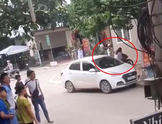 Người phụ nữ đi đánh ghen lại bị chồng đánh lại dã man để bảo vệ nhân tình, mẹ già can ngăn nhưng đành bất lực - Ảnh 6.