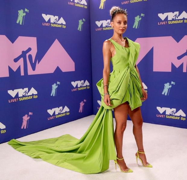 Diện đầm Công Trí đến VMAs 2020, bạn thân cũ của Paris Hilton đụng cả tiểu đội mỹ nhân Việt - Ảnh 1.