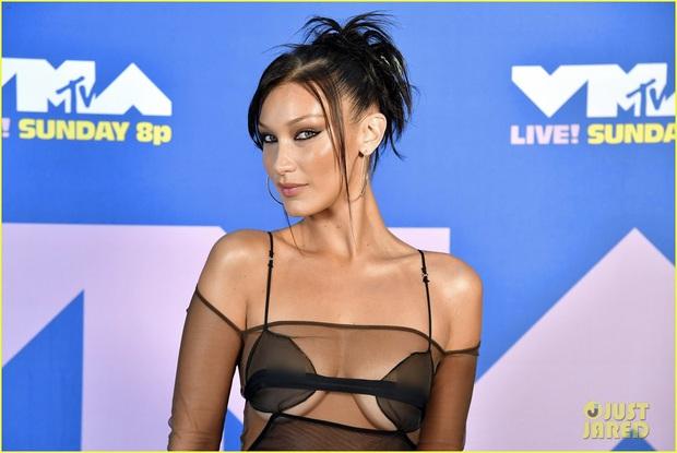 Thảm đỏ lạ nhất lịch sử VMAs: Miley Cyrus hở bạo, Lady Gaga chặt chém với khẩu trang quá độc, dàn sao khủng đọ sắc theo cách đặc biệt giữa đại dịch - Ảnh 10.