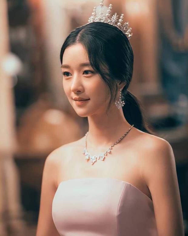 Knet phát cuồng với loạt ảnh mới của điên nữ Seo Ye Ji: Đẹp như công chúa Disney, thậm chí được tôn làm nữ hoàng - Ảnh 2.
