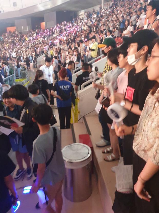 JYP quê xệ khi bị bảo vệ nhắc nhở tại chính concert của TWICE: Đừng tưởng CEO là muốn làm gì thì làm? - Ảnh 2.