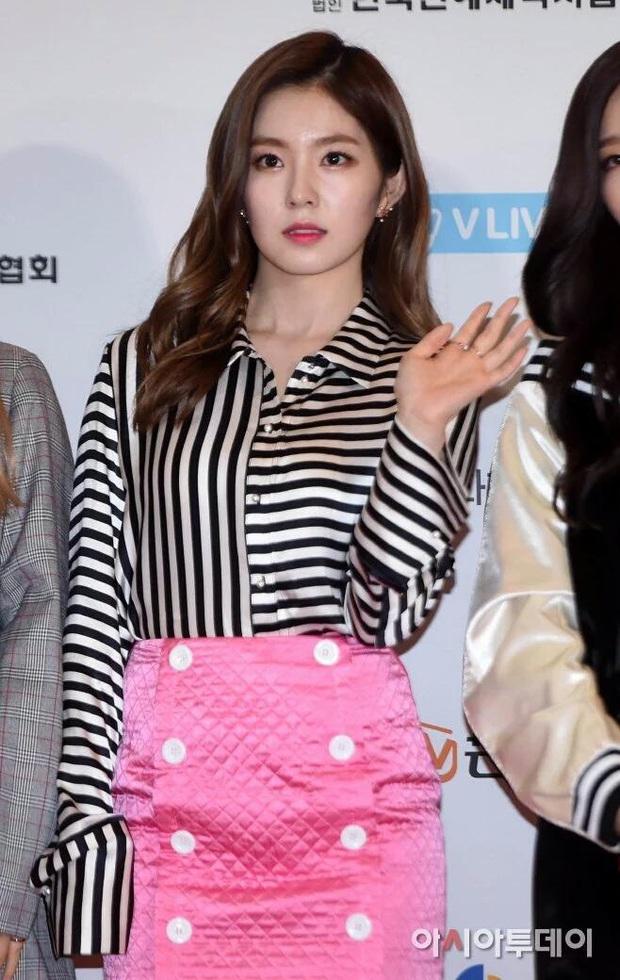 Idol Hàn và 10 pha mặc lỗi đến fan cũng khó mê nổi: Jennie bất ngờ góp mặt vì bộ váy xanh ngắn cũn gây tranh cãi một dạo - Ảnh 1.