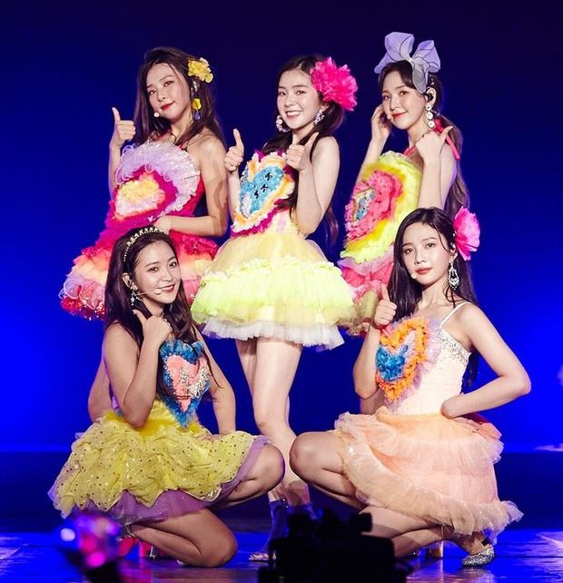 Idol Hàn và 10 pha mặc lỗi đến fan cũng khó mê nổi: Jennie bất ngờ góp mặt vì bộ váy xanh ngắn cũn gây tranh cãi một dạo - Ảnh 2.