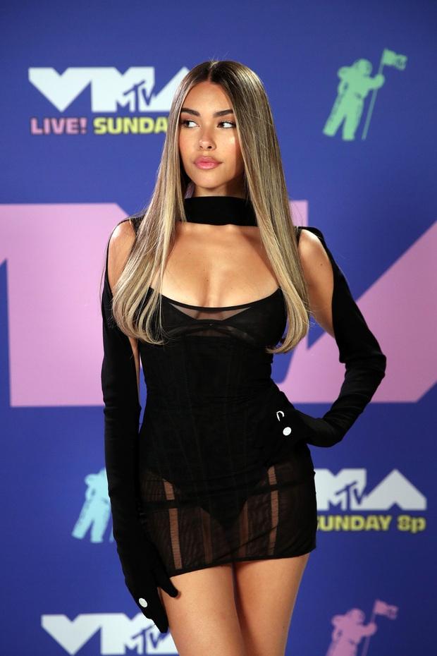 Thảm đỏ lạ nhất lịch sử VMAs: Miley Cyrus hở bạo, Lady Gaga chặt chém với khẩu trang quá độc, dàn sao khủng đọ sắc theo cách đặc biệt giữa đại dịch - Ảnh 13.