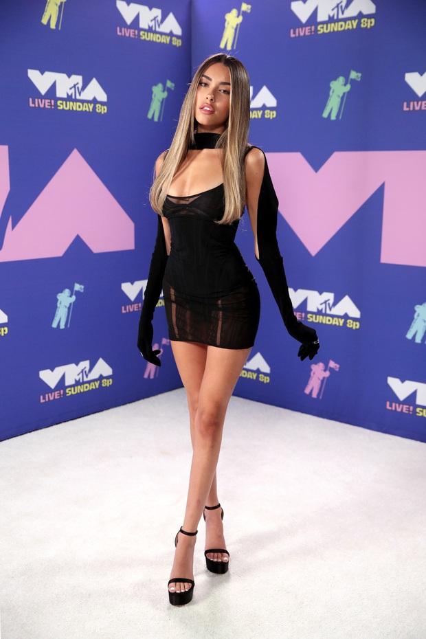 Thảm đỏ lạ nhất lịch sử VMAs: Miley Cyrus hở bạo, Lady Gaga chặt chém với khẩu trang quá độc, dàn sao khủng đọ sắc theo cách đặc biệt giữa đại dịch - Ảnh 14.