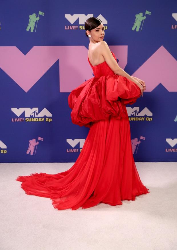 Thảm đỏ lạ nhất lịch sử VMAs: Miley Cyrus hở bạo, Lady Gaga chặt chém với khẩu trang quá độc, dàn sao khủng đọ sắc theo cách đặc biệt giữa đại dịch - Ảnh 22.