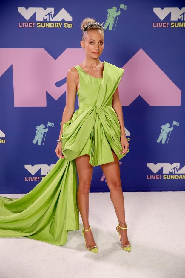 Thảm đỏ lạ nhất lịch sử VMAs: Miley Cyrus hở bạo, Lady Gaga chặt chém với khẩu trang quá độc, dàn sao khủng đọ sắc theo cách đặc biệt giữa đại dịch - Ảnh 19.