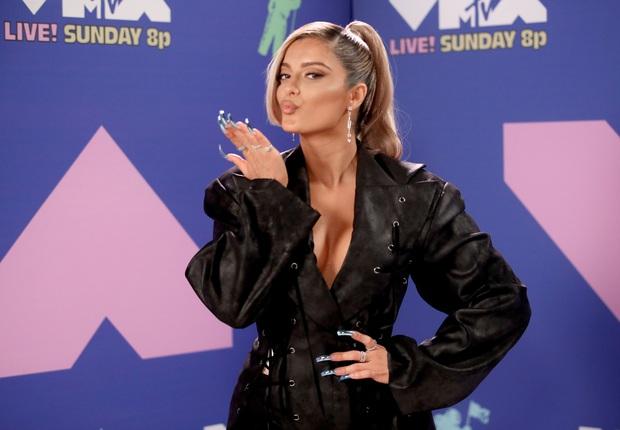 Thảm đỏ lạ nhất lịch sử VMAs: Miley Cyrus hở bạo, Lady Gaga chặt chém với khẩu trang quá độc, dàn sao khủng đọ sắc theo cách đặc biệt giữa đại dịch - Ảnh 21.