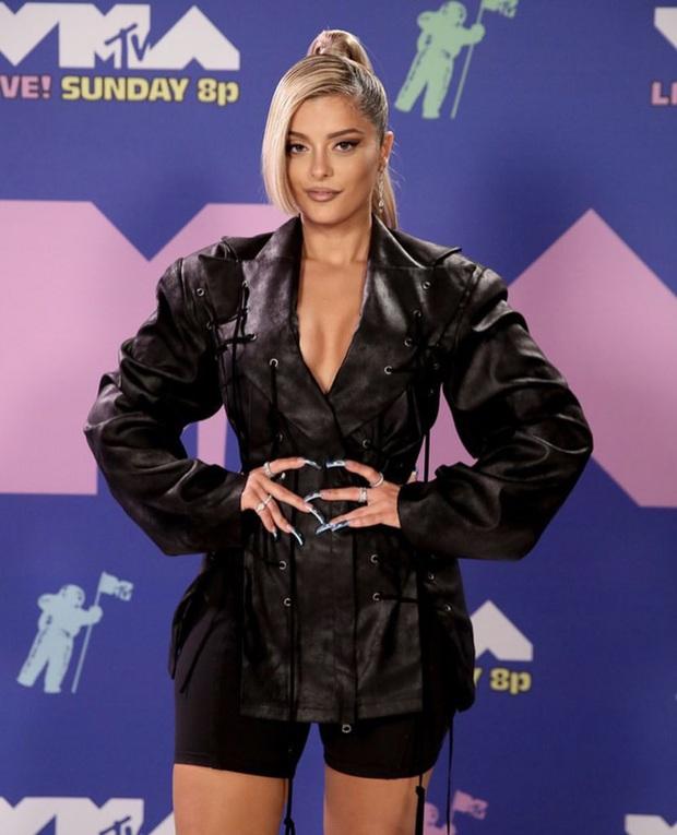 Thảm đỏ lạ nhất lịch sử VMAs: Miley Cyrus hở bạo, Lady Gaga chặt chém với khẩu trang quá độc, dàn sao khủng đọ sắc theo cách đặc biệt giữa đại dịch - Ảnh 20.