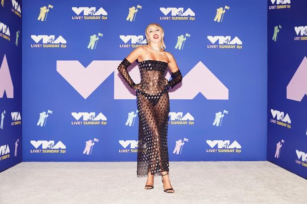 Thảm đỏ lạ nhất lịch sử VMAs: Miley Cyrus hở bạo, Lady Gaga chặt chém với khẩu trang quá độc, dàn sao khủng đọ sắc theo cách đặc biệt giữa đại dịch - Ảnh 2.