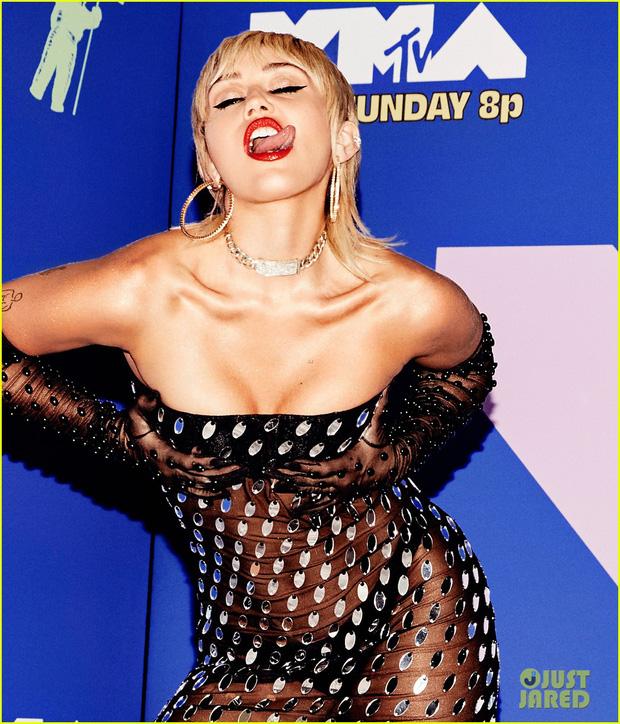 Thảm đỏ lạ nhất lịch sử VMAs: Miley Cyrus hở bạo, Lady Gaga chặt chém với khẩu trang quá độc, dàn sao khủng đọ sắc theo cách đặc biệt giữa đại dịch - Ảnh 4.