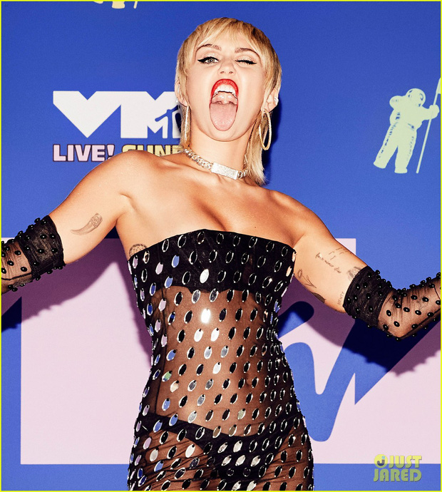 Thảm đỏ lạ nhất lịch sử VMAs: Miley Cyrus hở bạo, Lady Gaga chặt chém với khẩu trang quá độc, dàn sao khủng đọ sắc theo cách đặc biệt giữa đại dịch - Ảnh 3.