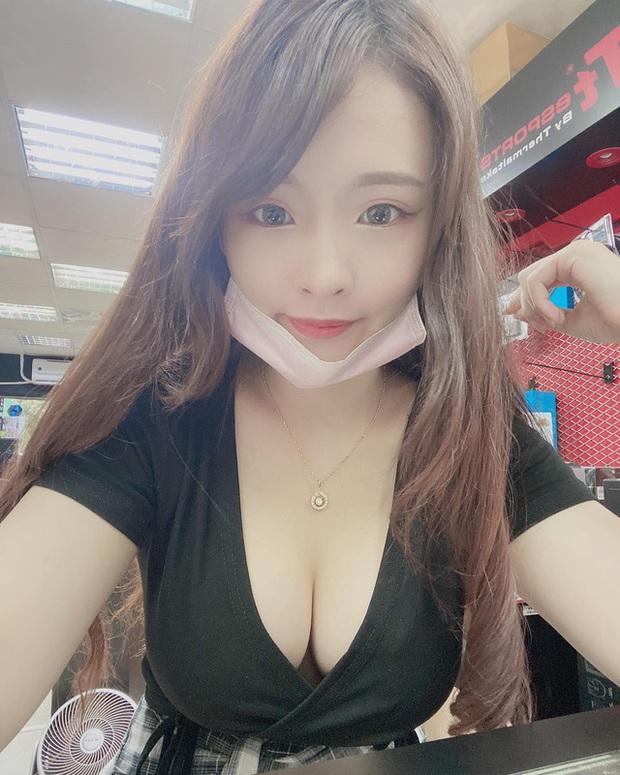Bị fan cuồng gửi ảnh súng lục bệnh hoạn mỗi ngày, nữ streamer xinh đẹp phải lên tiếng cầu xin ngay trên sóng - Ảnh 2.