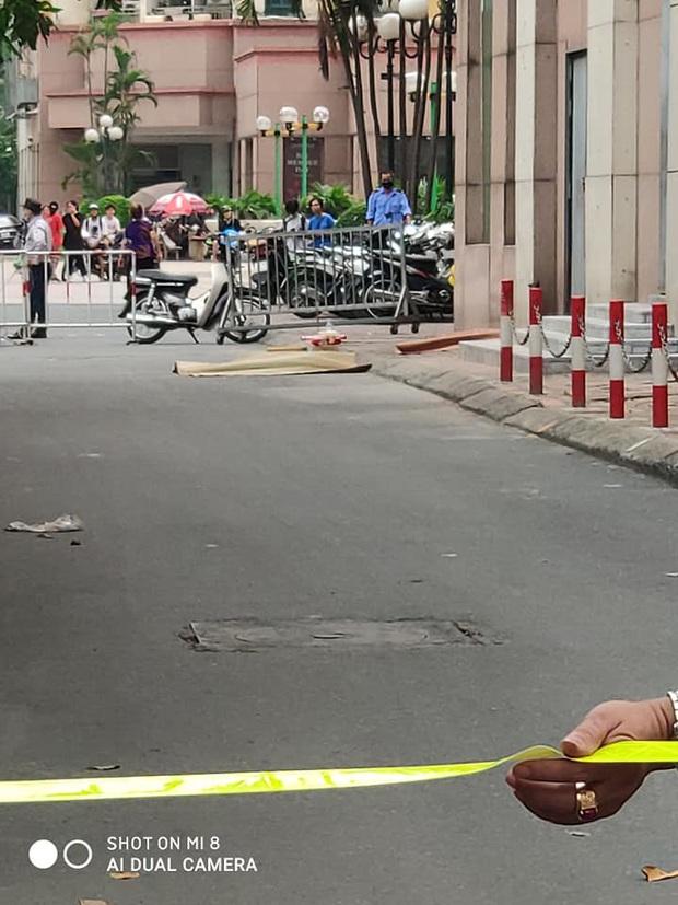 Hà Nội: Bé 6 tuổi rơi từ tầng 12 chung cư tử vong thương tâm, mẹ khóc ngất tại hiện trường - Ảnh 1.