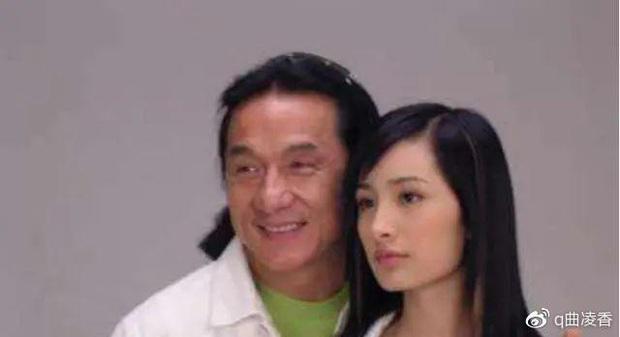 Ảnh Dương Mịch 17 tuổi được Thành Long ôm chặt trong vòng tay bỗng hot lại, nhan sắc quá khác biệt so với bây giờ - Ảnh 4.