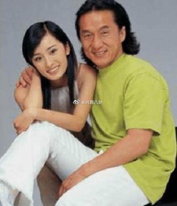 Ảnh Dương Mịch 17 tuổi được Thành Long ôm chặt trong vòng tay bỗng hot lại, nhan sắc quá khác biệt so với bây giờ - Ảnh 3.