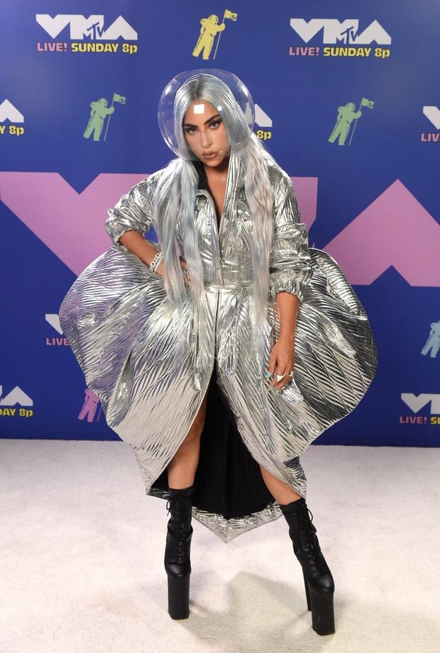 """Loạt sao mặc """"bốc"""" nhất VMAs 2020: Miley Cyrus và Bella Hadid hở bạo liệt, mỹ nhân Disney mặc """"lệch tông"""" lại nổi nhất hội - Ảnh 7."""