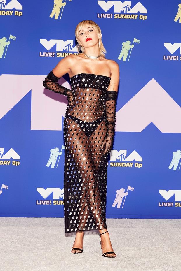 """Loạt sao mặc """"bốc"""" nhất VMAs 2020: Miley Cyrus và Bella Hadid hở bạo liệt, mỹ nhân Disney mặc """"lệch tông"""" lại nổi nhất hội - Ảnh 1."""