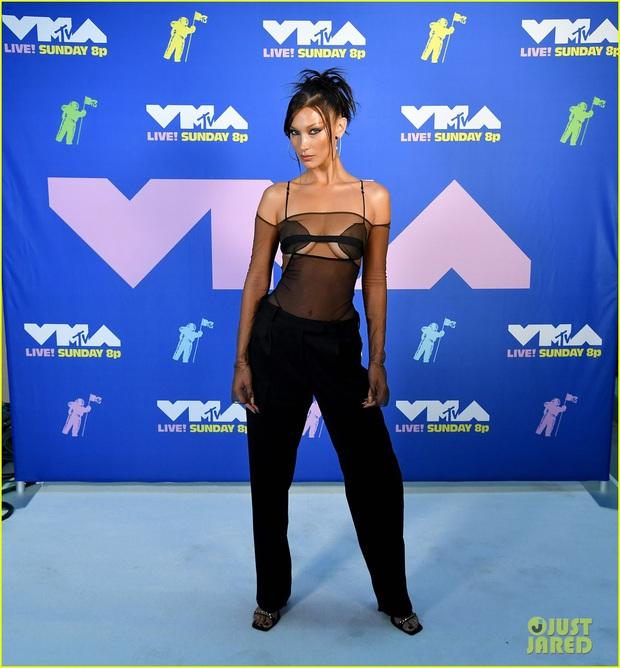 """Loạt sao mặc """"bốc"""" nhất VMAs 2020: Miley Cyrus và Bella Hadid hở bạo liệt, mỹ nhân Disney mặc """"lệch tông"""" lại nổi nhất hội - Ảnh 2."""