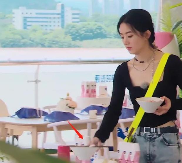 Triệu Lệ Dĩnh lại bị soi loạt thói quen mất vệ sinh khi ăn uống, hành động vô duyên khiến netizen thở dài ngao ngán - Ảnh 2.