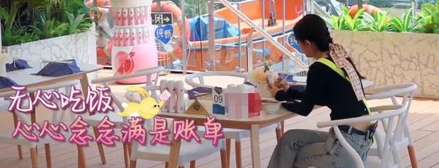 Triệu Lệ Dĩnh lại bị soi loạt thói quen mất vệ sinh khi ăn uống, hành động vô duyên khiến netizen thở dài ngao ngán - Ảnh 3.