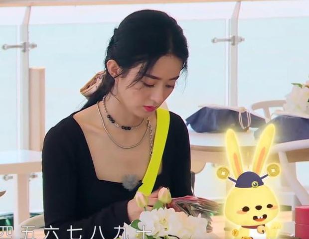 Triệu Lệ Dĩnh lại bị soi loạt thói quen mất vệ sinh khi ăn uống, hành động vô duyên khiến netizen thở dài ngao ngán - Ảnh 4.