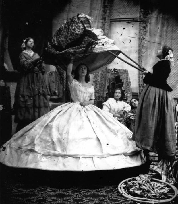 Bức ảnh khiến nhiều người hiểu lầm cô gái bị bạo hành nhưng ẩn chứa sự thật về thứ trang phục Tử thần từng giết chết gần 3.000 phụ nữ - Ảnh 11.