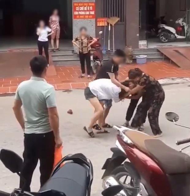 Phẫn nộ người chồng đánh lại vợ dã man để bảo vệ nhân tình, mẹ già can ngăn nhưng đành bất lực - Ảnh 3.