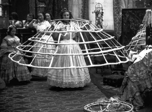 Bức ảnh khiến nhiều người hiểu lầm cô gái bị bạo hành nhưng ẩn chứa sự thật về thứ trang phục Tử thần từng giết chết gần 3.000 phụ nữ - Ảnh 4.