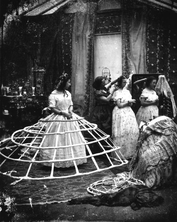 Bức ảnh khiến nhiều người hiểu lầm cô gái bị bạo hành nhưng ẩn chứa sự thật về thứ trang phục Tử thần từng giết chết gần 3.000 phụ nữ - Ảnh 9.