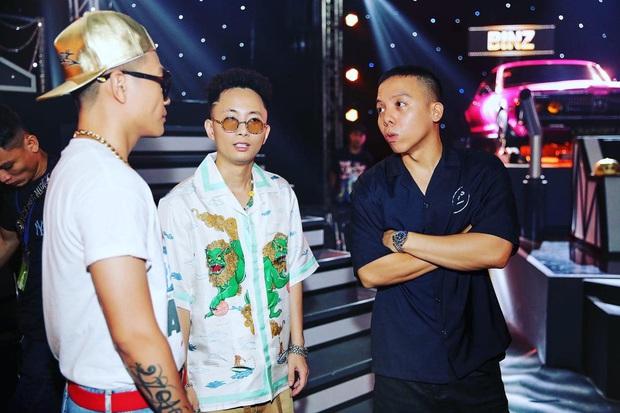 Bức ảnh hậu trường đầy quyền lực của Rap Việt: Touliver lần đầu xuất hiện bên cạnh 6 Giám khảo, HLV! - Ảnh 2.