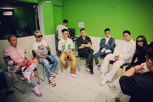 Bức ảnh hậu trường đầy quyền lực của Rap Việt: Touliver lần đầu xuất hiện bên cạnh 6 Giám khảo, HLV! - Ảnh 4.