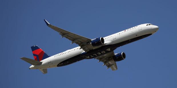 Hai hành khách cứng đầu không chịu đeo khẩu trang, máy bay quay đầu về điểm xuất phát rồi tống cổ họ xuống - Ảnh 1.