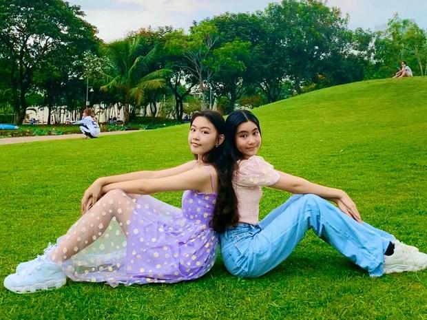 Bất chấp mẹ chụp cam thường, 2 tiểu thư nhà MC Quyền Linh vẫn đẹp điên đảo: Bảo sao bị hối đi thi Hoa hậu ngay và luôn! - Ảnh 2.