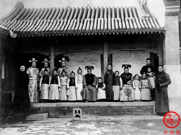 Loạt ảnh khắc họa toàn bộ cuộc sống của gia đình Hoàng đế nhà Thanh cuối cùng: 3 thế hệ chung sống dưới 1 mái nhà và những câu chuyện ít người biết - Ảnh 2.