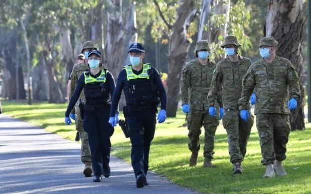 Australia phạt nặng người vi phạm quy định cách ly ngừa Covid-19 - Ảnh 1.