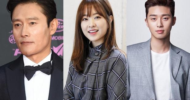 Anh chủ Park Seo Joon bị dụ sánh đôi Park Bo Young ở phim điện ảnh viễn tưởng mới - Ảnh 1.