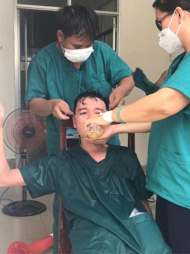 Phó Giám đốc 115 Đà Nẵng nói về hình ảnh bác sĩ làm việc đến kiệt sức: Trận chiến còn dài, chúng tôi quyết không ngã quỵ - Ảnh 1.