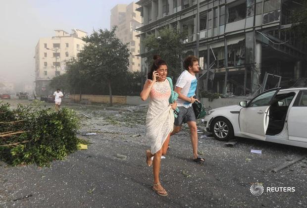 NÓNG: Nổ kho pháo kinh hoàng làm rung chuyển thủ đô Beirut (Liban), ít nhất 10 người chết và hàng trăm người bị thương - Ảnh 7.