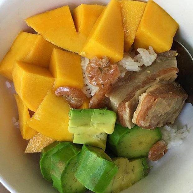 Giải mã món cơm trái cây - món ăn đẹp phần nhìn nhưng đánh nhau chan chát ở sự kết hợp của tinh bột và vị ngọt - Ảnh 4.