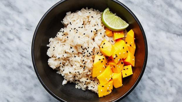 Giải mã món cơm trái cây - món ăn đẹp phần nhìn nhưng đánh nhau chan chát ở sự kết hợp của tinh bột và vị ngọt - Ảnh 5.